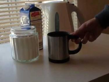 Self Stirring Mug o como remover la bebida sin cucharilla