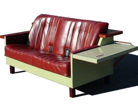 Una nevera convertida en sofá retro