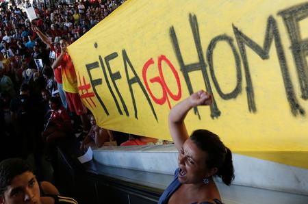 Una multitud pide a la FIFA que se aleje de Brasil durante una de las manifestaciones celebradas en la capital del país