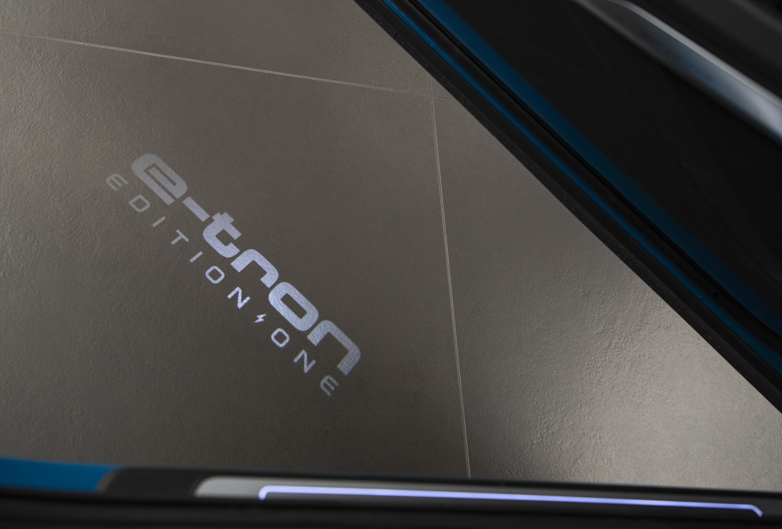 Foto de Audi e-tron (98/111)