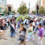 La vida en las grandes ciudades es acelerada e impersonal. Pero crea menos depresión que en las zonas rurales