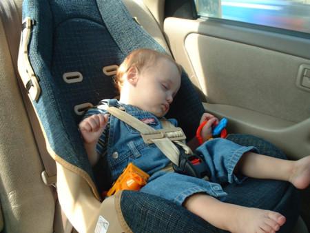 ¿Qué harías si ves a un bebé solo dentro de un coche?