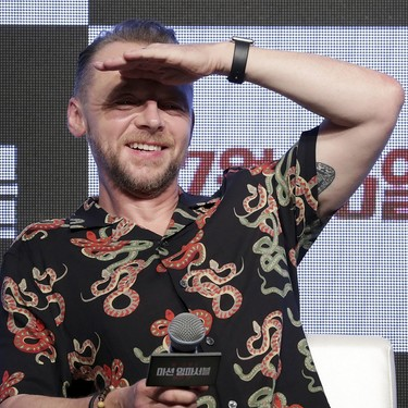 Gucci parece pero no es: Simon Pegg y su look 'serpentil' en la premiere de Mission Impossible en Seúl