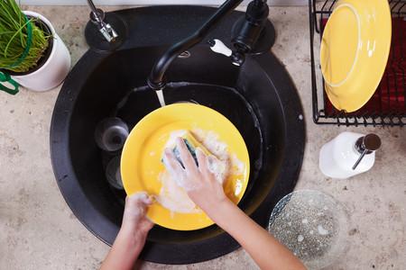 La mejor forma de lavar los platos a mano: ocho claves para fregar mejor (para tu salud y la de tu cocina)