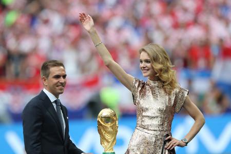 Este es el vestido elegido por Natalia Vodianova para entregar la copa del Mundial que nunca llegó a tocar (te contamos por qué)