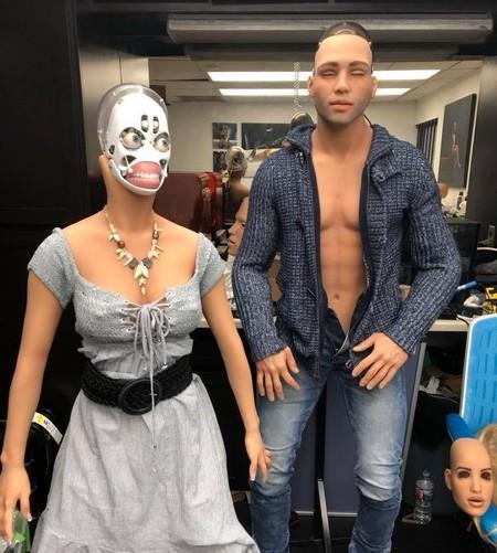 Muñeco y muñeca robot