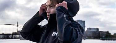 Helly Hansen tiene la chaqueta chubasquero que querrás llevar en tus looks de calle llueva o no gracias a su súper precio