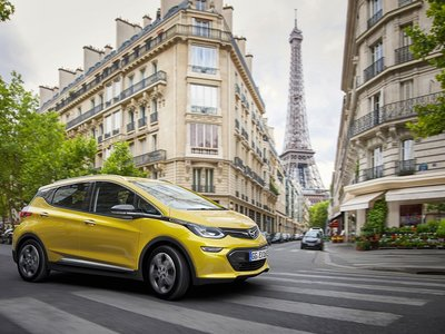 Quizá el Opel Ampera-e no te parezca ni tan bonito ni tan barato, pero es importantísimo para los futuros eléctricos