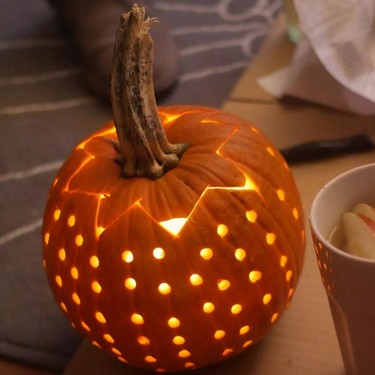 ¿Vas a dar una fiesta la noche de Halloween? Pues sorprende a tus invitados con esta bola de discoteca de calabaza