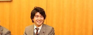 El político japonés que desafía al machismo milenario de su país al pedir el permiso de paternidad