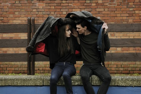 Pareja sentados lluvia