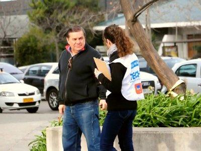 Los trucos psicológicos del captador de ONGs que te asalta a la salida del metro