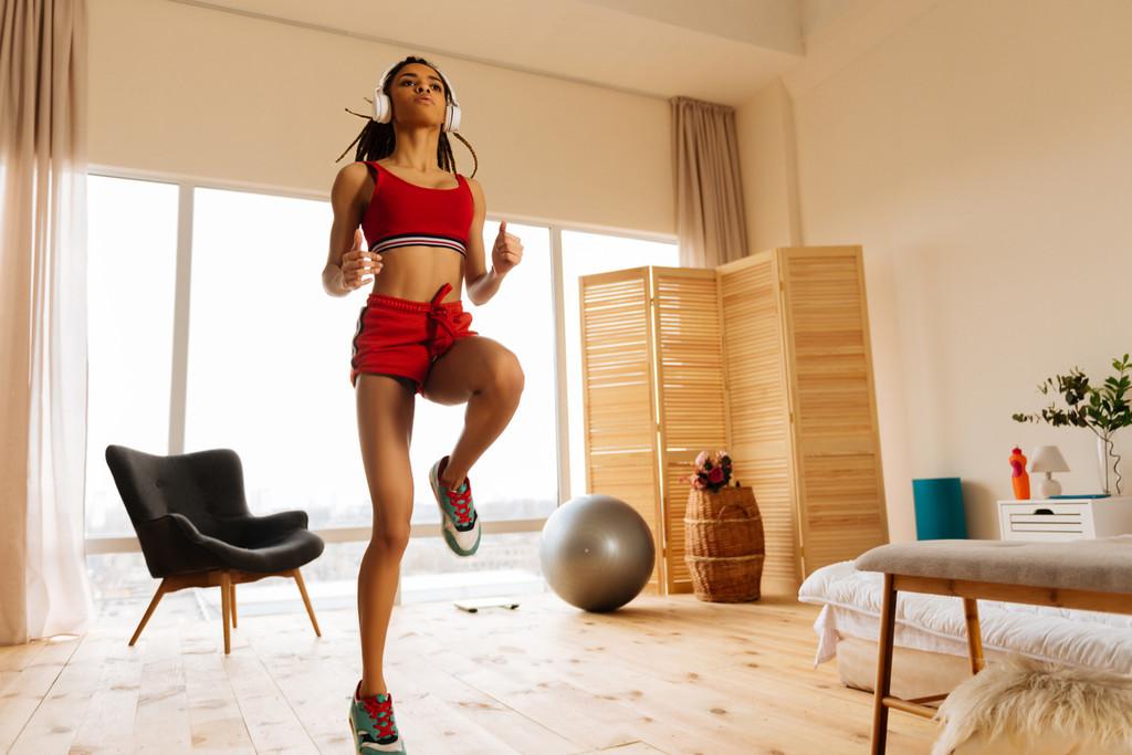 Mejora tu técnica de carrera en casa con estos ejercicios sencillos que puedes hacer en el salón