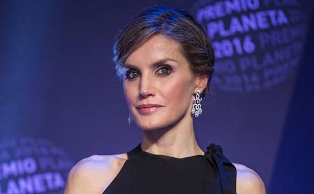 Doña Letizia elige un 'look total black' para la entrega del Premio Planeta