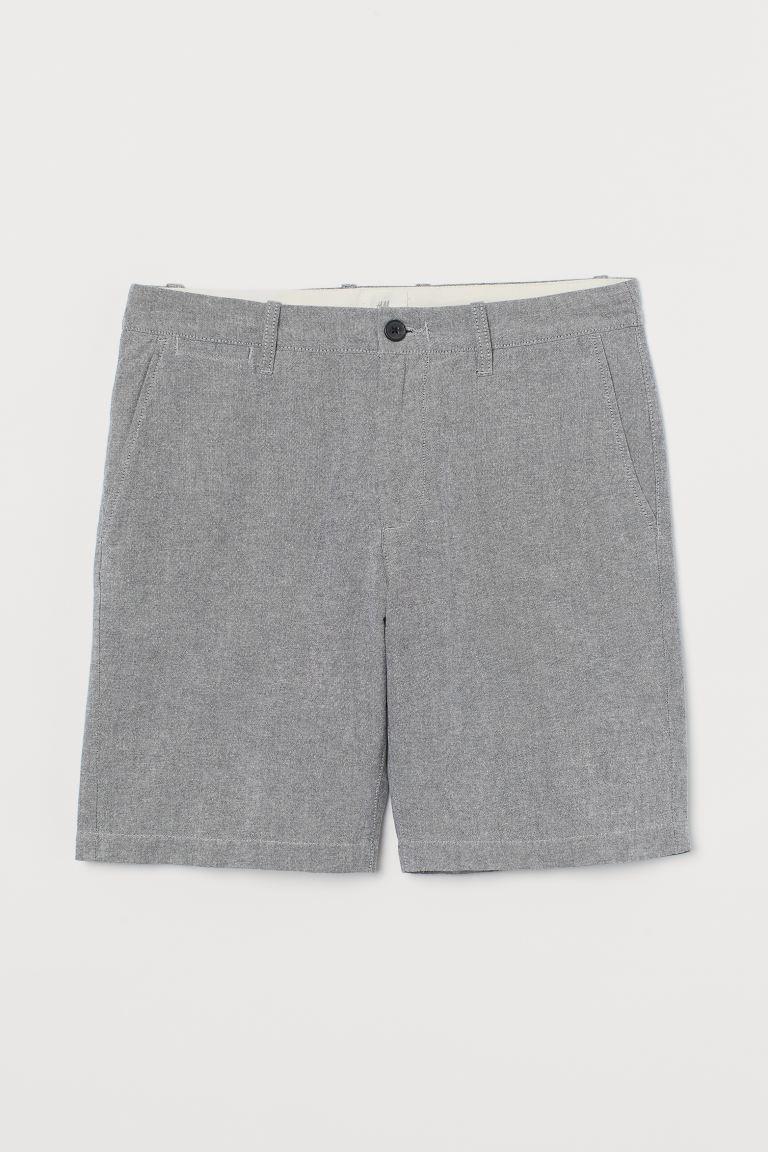 Chinos cortos de algodón con cierre de cremallera y botón, bolsillos al bies, un bolsillo monedero y bolsillos ribeteados detrás.