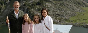 Felipe VI, la Reina Letizia y sus hijas nos felicitan las Navidades entre montañas y looks informales