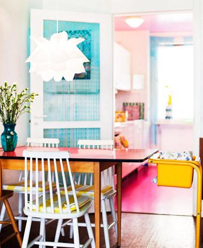Comedor y cocina llenos de color