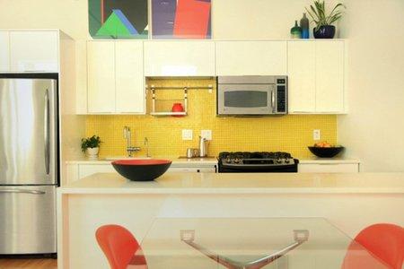 La cocina del piso retro de colores