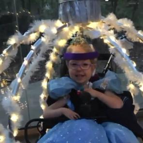 Convierte la silla de ruedas de su hija en la espectacular carroza de Cenicienta, haciendo realidad su sueño de ser princesa