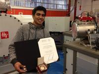 Estudiante indígena de Guerrero crea acelerador de partículas con mil pesos