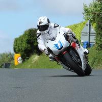 Bruce Anstey retiene la corona en las motos eléctricas ganando el TT Zero