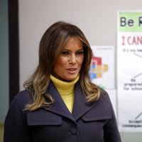 Melania Trump demuestra a golpe de buen estilo la importancia de tener a mano un jersey amarillo