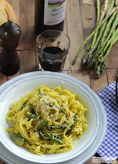 Tagliatelle con pesto y espárragos, una receta de pasta diferente que te va a sorprender cuando la pruebes