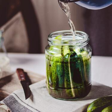 Tirar el líquido de los pepinillos es un crimen: así puedes aprovechar la salmuera de los encurtidos en la cocina