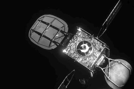 "Consiguen por primera vez ""remolcar"" en órbita un viejo satélite de hace dos décadas para que vuelva a estar operativo"