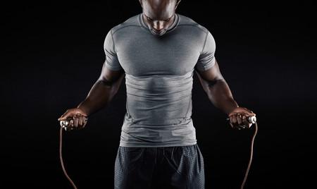 Para entrenar en vacaciones, tres rutinas de menos de 10 minutos con tu cuerpo y una cuerda como único equipamiento