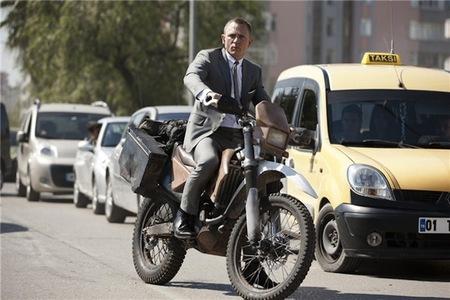 James Bond y la Honda CRF250R, usar las motos o hacer publicidad, no es lo mismo