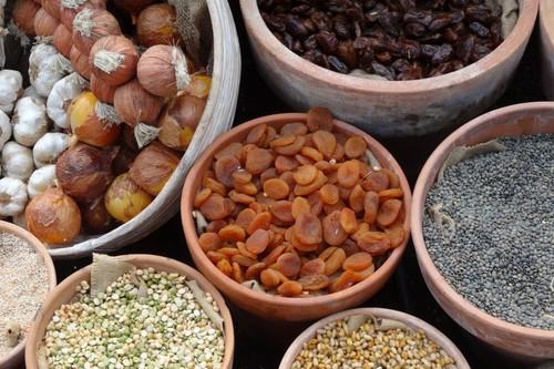 Bajar de peso de forma saludable: un nutricionista nos cuenta qué es lo que no debe faltar en nuestra cesta de la compra
