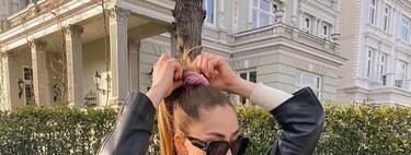 Los scrunchies se convierten en los protagonistas de nuestro pelo: nueve opciones para poner un toque de color a la melena y triunfar esta primavera