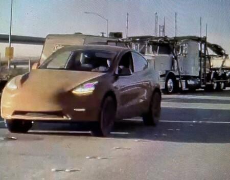Tesla Model Y podría estrenar una versión 4x4 y ya fue captada por un usuario en internet