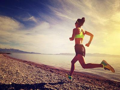 Correr por la playa sí, pero con estas precauciones para evitar posibles riesgos