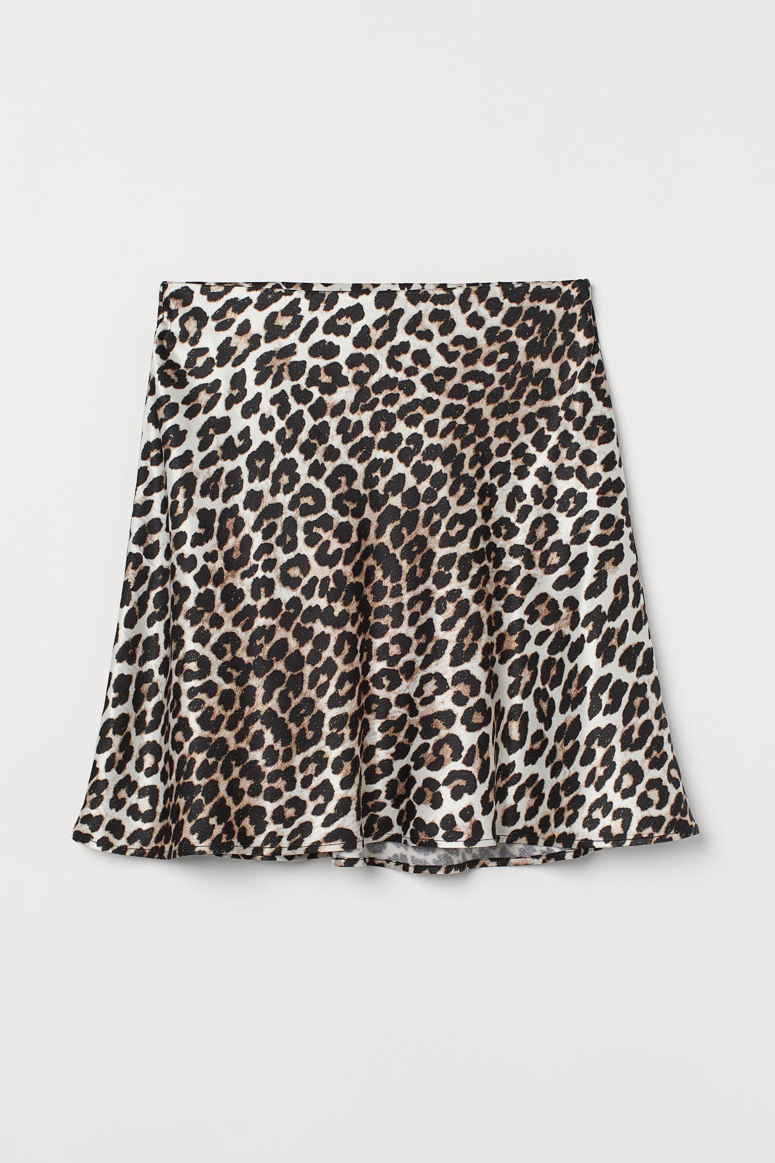 Falda corta en satén de viscosa con brillo y suave caída. Modelo de talle alto con elástico oculto en la cintura y ligero vuelo.