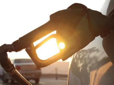 ¿Por qué las gasolineras de los grandes hipermercados pueden vender su producto más barato?