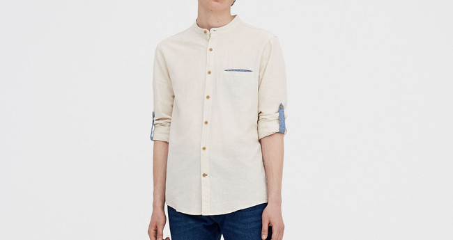 Por 13,99 euros tienes esta camisa de lino para chico en Pull&Bear