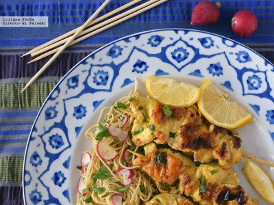 Satay de pollo marinado al albaricoque con ensalada de noodles. Receta