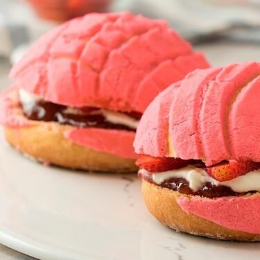 Conchas de fresa rellenas de nata. Receta tradicional para el desayuno