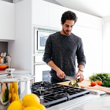Cocinar más resulta clave para comer sano: los mejores consejos para lograrlo si no puedes dedicar gran tiempo a la cocina