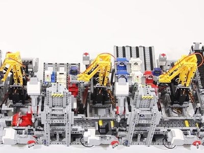 Esta cadena de montaje Lego que ensambla coches es lo más hipnótico que verás hoy
