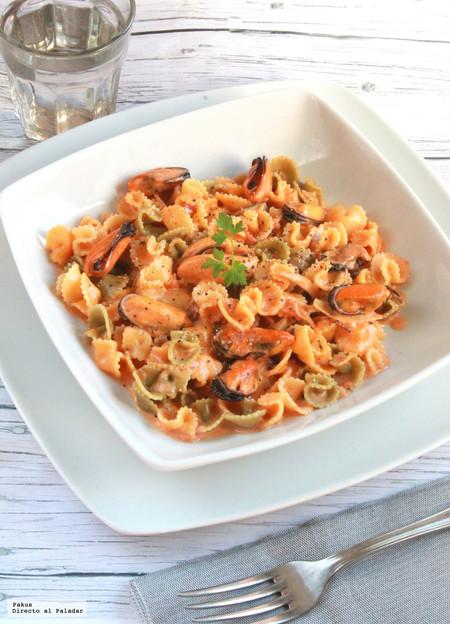 Margaritas de pasta con mejillones en salsa de tomate y nata, una receta italiana para variar nuestro recetario
