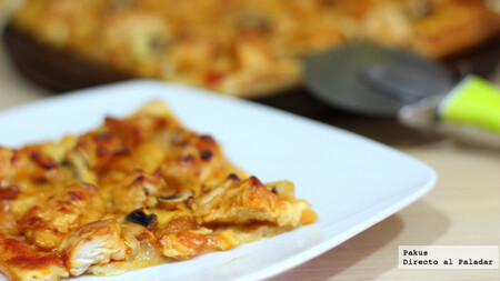 Pizza casera de pollo con salsa barbacoa y champiñones, receta sencilla
