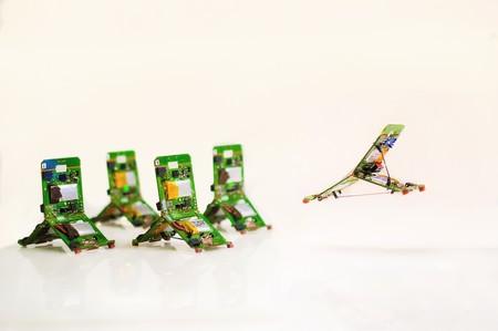 Estos pequeños robots-hormiga pueden saltar, comunicarse y coordinarse para mover objetos mucho más pesados que ellos mismos