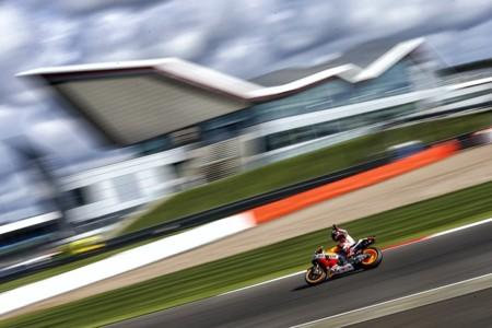 Marc Márquez vuela en el antiguo aeródromo de Silverstone y deja claro que no se da por vencido