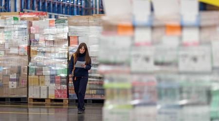 Trabajadora En Un Bloque Logistico De Mercadona
