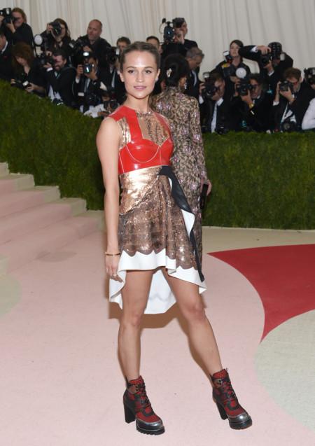 Alicia Vikander llega a la alfombra roja del MET con un recogido trenzado (y un curioso vestido)