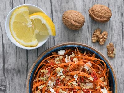 Ensalada de tallarines zanahoria con queso de cabra, nueces y aliño de azahar. Receta ligera