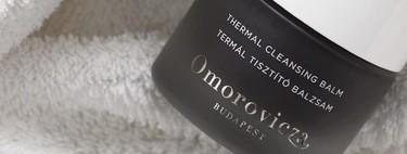 El bálsamo limpiador de barro negro de Omorovizca que he incluido en mi rutina de limpieza facial también lo usa Karlie Kloss y es un gustazo
